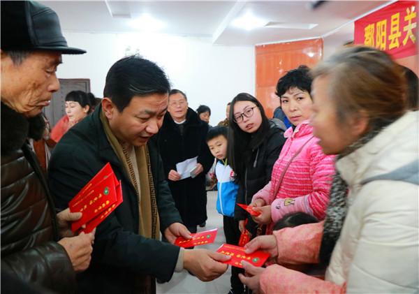 """20180128(工作动态+图2)鄱阳县举行""""一对一""""帮扶资金发放仪式.JPG"""